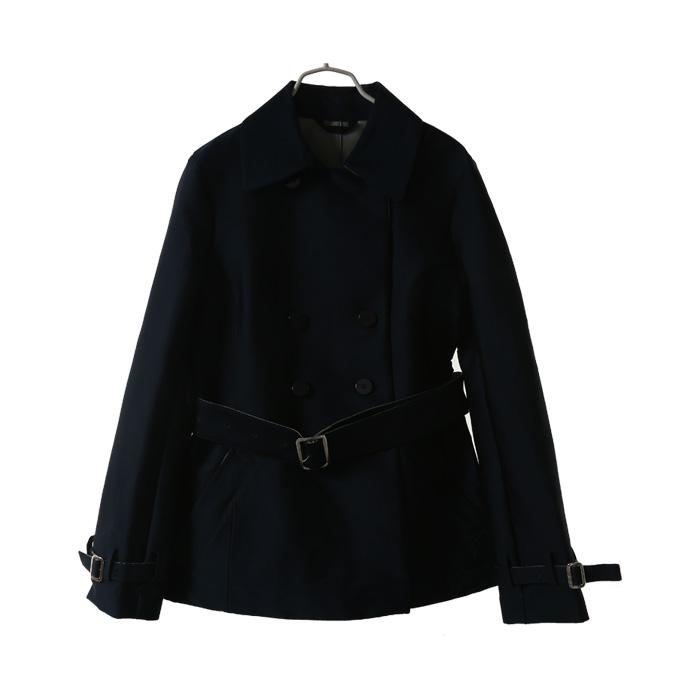 深蓝色外套能搭配红色